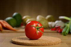 Röd tomat på trätabellen Arkivbild