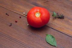 Röd tomat på trätabellen Royaltyfri Bild