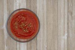 Röd tomatsås i klar bunke på riden ut träbakgrund royaltyfria bilder