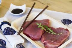 Röd tonfisk med soya och kinesgarnering Arkivfoto
