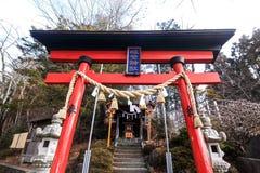Röd torii i relikskrin Fotografering för Bildbyråer