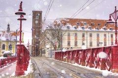 Röd träbro, mest Piaskowy, Wroclaw, Silesia, Polen, euro royaltyfri foto