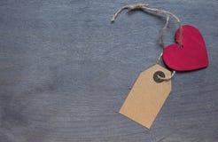 Röd trähjärta med etiketten Royaltyfri Fotografi