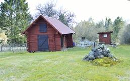 Röd träladugård i bygden utanför Stockholm Royaltyfri Fotografi
