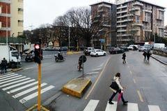 Röd trafikljus i italiensk stad i morgonen Royaltyfri Foto