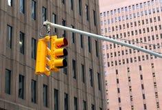 Röd trafikljus i staden Arkivfoton