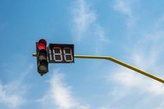 Röd trafikljus på blå himmel Arkivbilder