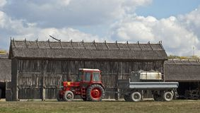 Röd traktor Royaltyfri Fotografi