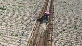 Röd traktor att odla jord i vingårdmorgonen på en solig dag lager videofilmer
