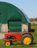 röd traktortappning för ladugård Royaltyfri Fotografi