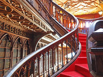 Röd trappuppgång i en bokhandel, Porto, Portugal arkivfoto