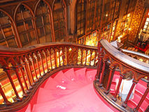 Röd trappuppgång i en bokhandel, Porto, Portugal arkivfoton