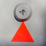 Röd triangel på texturerad metall Fotografering för Bildbyråer