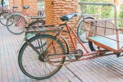 Röd trishaw för trans. Arkivbild