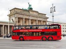 Röd turist- buss för dubbel däckare i Berlin Royaltyfria Bilder
