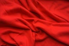Röd tygullbeklädnad, våg, gardiner Härlig textilbakgrund Närbild Top beskådar Royaltyfria Bilder