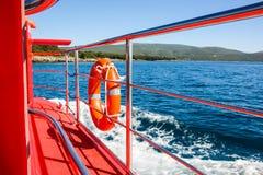 Röd ubåt med livbojcirkeln Arkivfoton