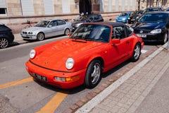 Röd unik tappningcabrio 911 Porsche som parkeras i stad Arkivbild