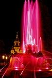 Röd upplyst springbrunn på Plazaoperan i Timisoara 4 Arkivfoto