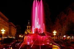 Röd upplyst springbrunn på Plazaoperan i Timisoara 1 Royaltyfri Fotografi
