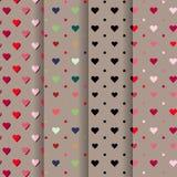Röd uppsättning av valentin, blått, rosa, hjärtor på brun bakgrund Arkivbild