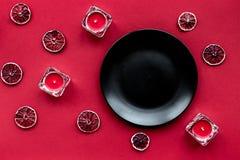 Röd uppsättning med plattan och stearinljus för modell för bästa sikt för restaurangmeny Royaltyfria Bilder