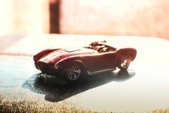 Röd väg för däck för hjul för sportleksakbil Arkivbild