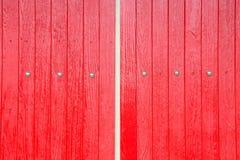 Röd vägg för fönsterbruntträ arkivbild