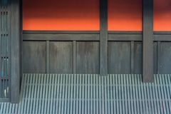 Röd vägg i den Gion arian i kyoto royaltyfria foton