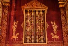 Röd vägg i Luang Prabang Arkivbild
