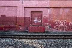 Röd vägg längs drevspåret i Portland, Oregon December 2017 Royaltyfri Bild