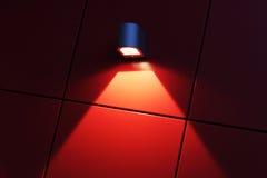Röd vägg med ljus Royaltyfri Bild