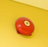 Röd vägg monterad brandvarningsklocka Fotografering för Bildbyråer