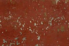 Röd väggbakgrund med vissen målarfärg Gammal murbruktextur Arkivbild