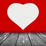 Röd väggtextur med vit hjärtabakgrund Arkivbild