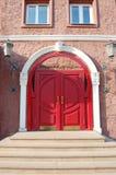 Röd välvd dörr Arkivbild