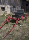 Röd vagn och ladugård Royaltyfria Foton