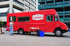 Röd vagnmatlastbil Royaltyfri Fotografi