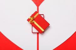 Röd valentin dagbakgrund med hjärta- och gåvaasken Fotografering för Bildbyråer
