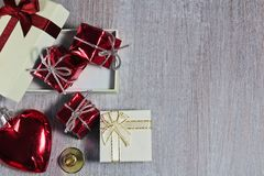Röd valentin eller jul hjärta och gåvor med litet klirr och royaltyfria foton
