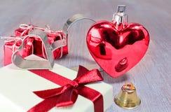 Röd valentin eller jul hjärta och gåvor med litet klirr och royaltyfri bild