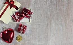 Röd valentin eller jul hjärta och gåvor med litet klirr på royaltyfri foto