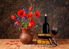 Röd vallmo i keramiska vaser och smycken Arkivbilder