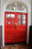 Röd valvgång för dubbel dörr på den gamla victorainskolhusingången Royaltyfria Bilder