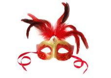 Röd Venetian karnevalmaskering med fjädrar på viten Royaltyfria Foton