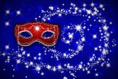 Röd Venetian karnevalmaskering på en blå bakgrund Fotografering för Bildbyråer