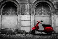 Röd Vespa i Trastevere Arkivfoton