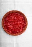 Röd vinbär för närbild i en korg på en grå bakgrund Smakliga ljusa röda bär i en ny korg Saftig färgglad vinbär Royaltyfria Foton
