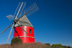 Röd vind maler stigning upp i blå himmel, nailloux, Frankrike royaltyfri bild