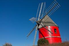 Röd vind maler stigning upp i blå himmel, nailloux, Frankrike arkivbilder